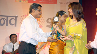 Rishma Pai receiving Navshakti Award