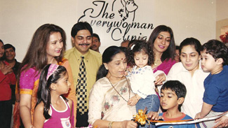 Asha Bhosale inaugurating Dr. Rishma Pai's clinic